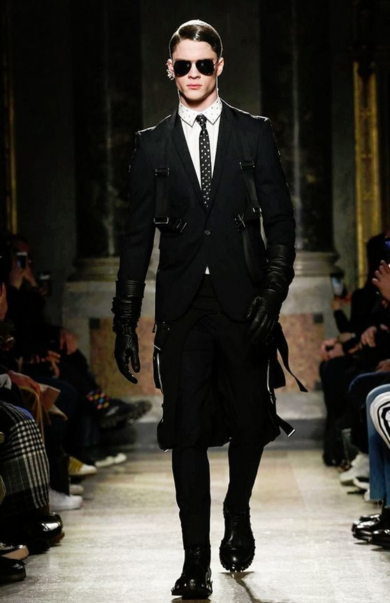 PHILIPP PROELS OPENING THE SHOW FOR LES HOMMES FW '17 AT MILAN FASHION WEEK