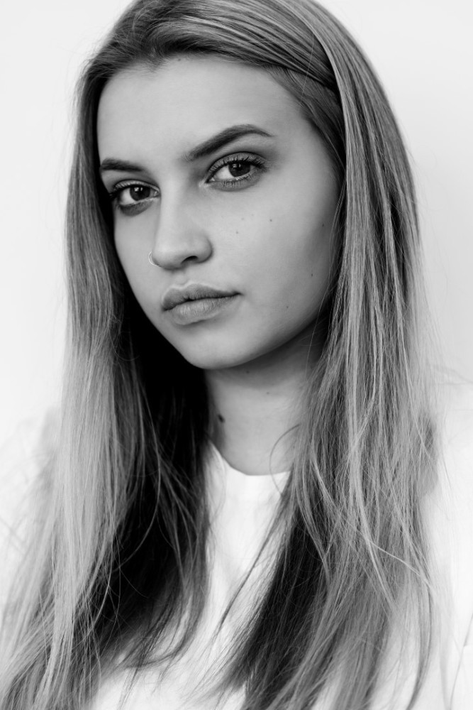 fashion-curve-model-Poppy-headshot-London-photogrpaher-Hugo-Knapp-Top-10-noughties-trends-leading-London-modelling-agency-IMM