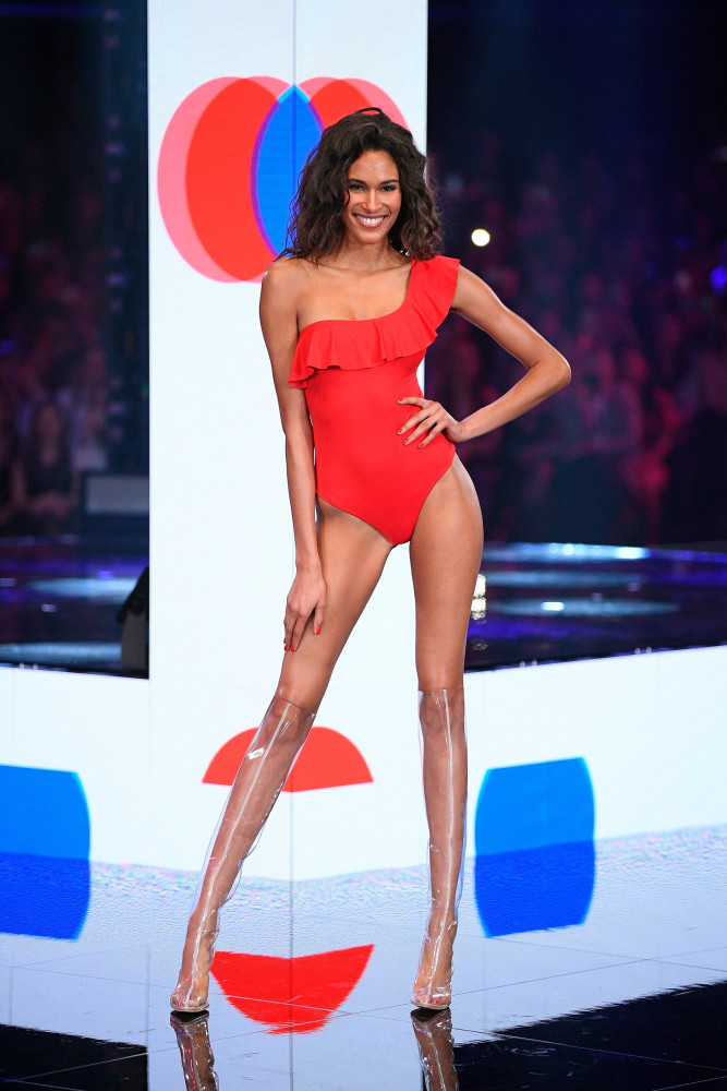 CINDY BRUNA OPENING THE CALZEDONIA SUMMER SHOWS