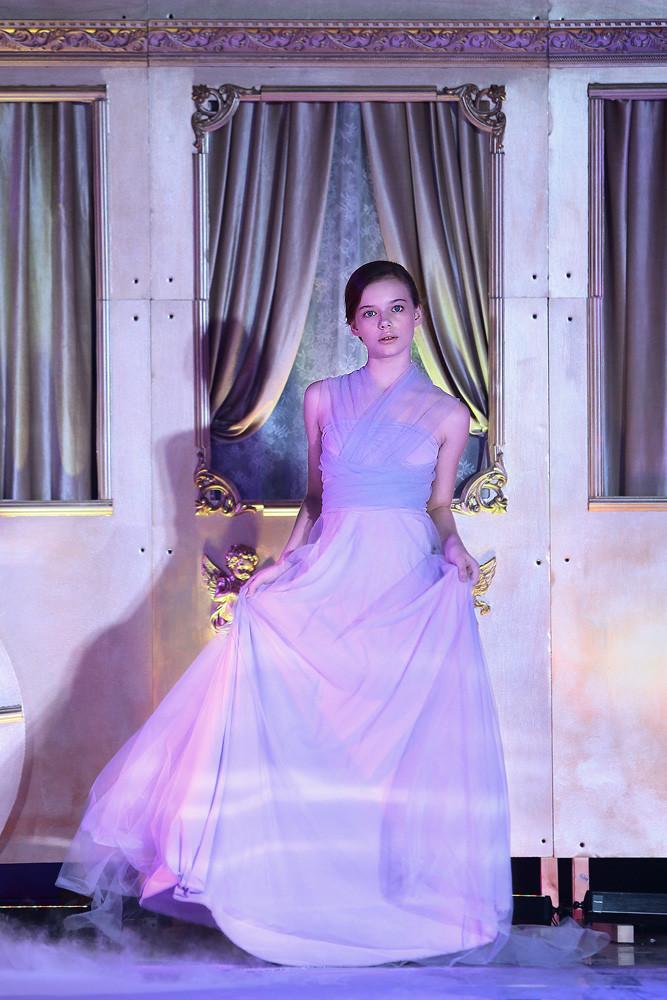 Показ вечерней коллекции платьев ученицами школы моделей Ultrakids!