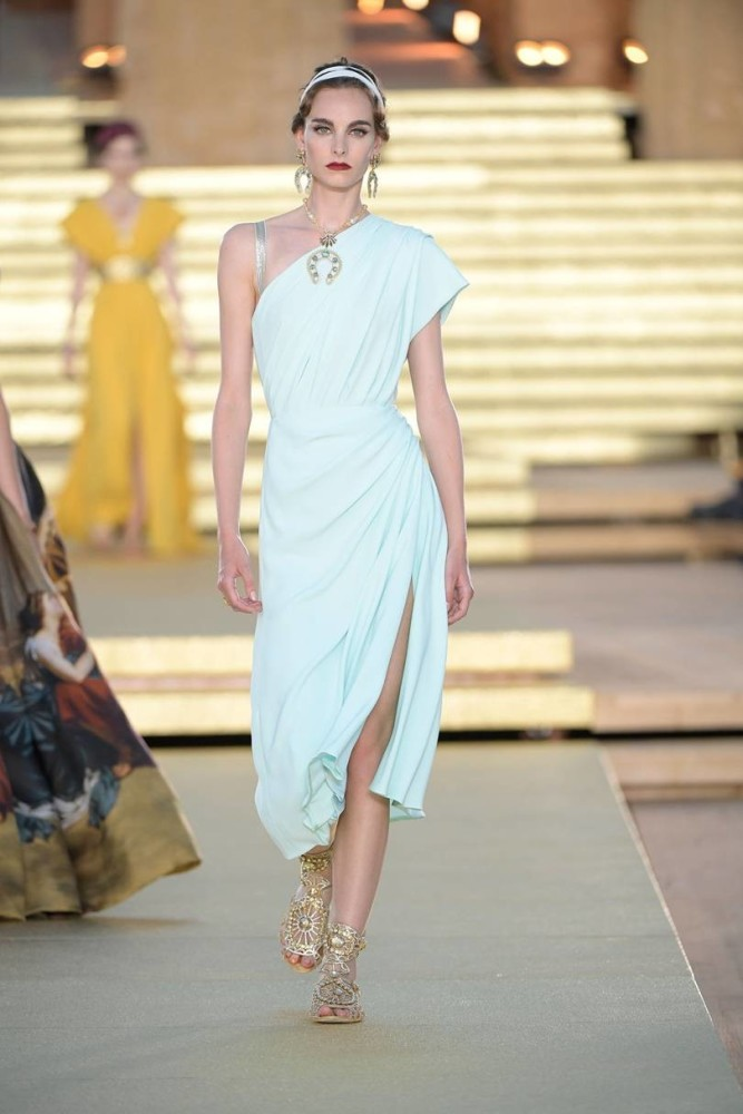 huge discount acfd7 4ea7f Estella Brons at the Dolce & Gabbana Alta Moda show | Uno ...